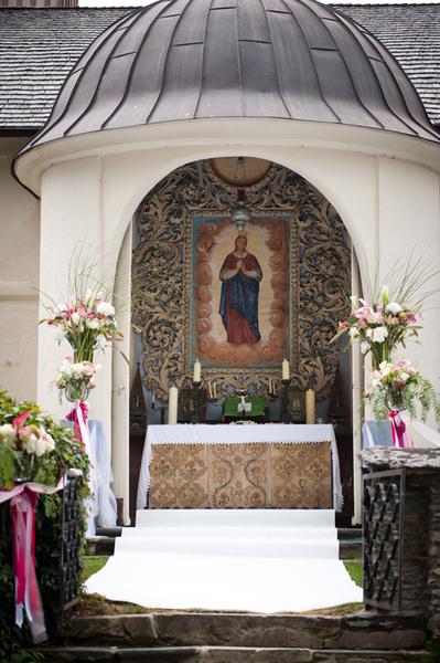 der wunderschöne Außenaltar von der Kirche